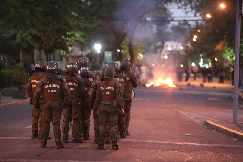 Protesty w Chile spowodowane zostały ogłoszeniem podwyżek cen na metro /ALBERTO PENA /PAP/EPA