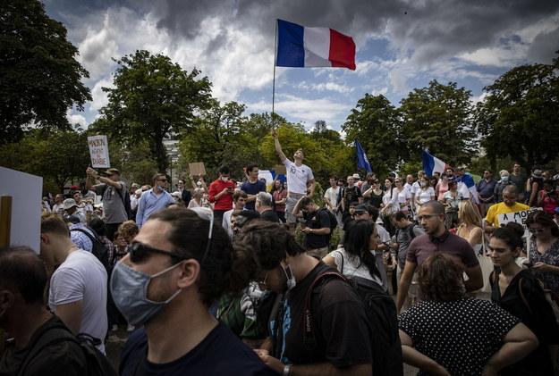 Protesty we Francji przeciwko paszportom covidowym /IAN LANGSDON /PAP/EPA