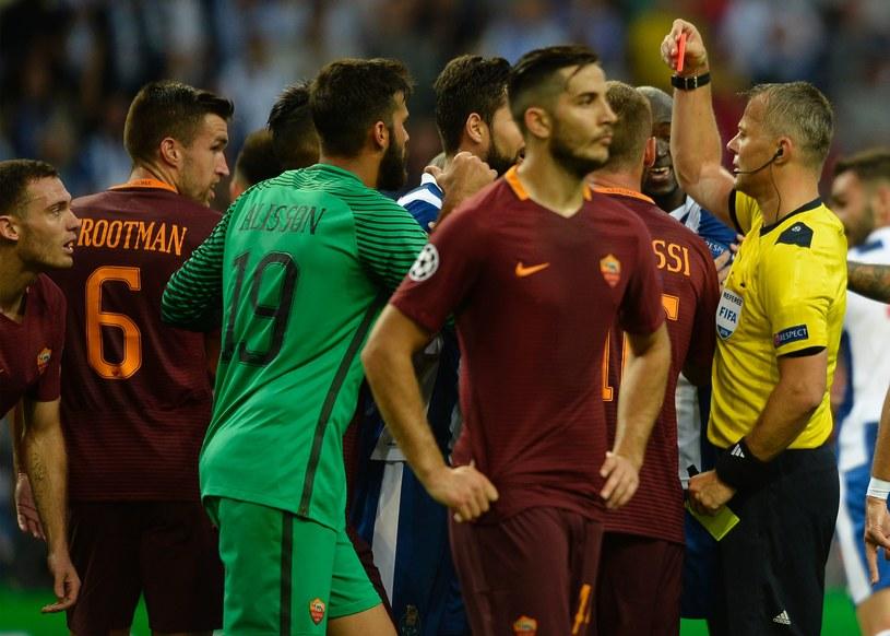 Protesty zawodników Romy po czerwonej kartce dla Vermaelena /AFP