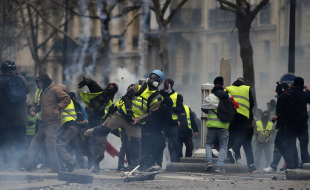 """Protesty """"żółtych kamizelek"""""""