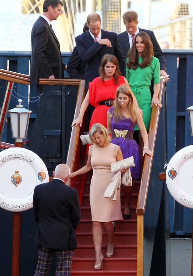 Protokół królewski precyzyjnie określa sposób odnoszenia się do siebie poszczególnych członków rodziny w oficjalnych sytuacjach /Chris Jackson /Getty Images