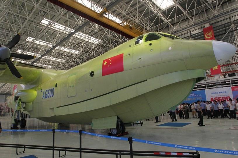 Prototyp AG-600 w hali montażowej /East News