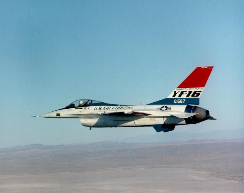 Prototyp YF-16 w locie /Getty Images/Flash Press Media