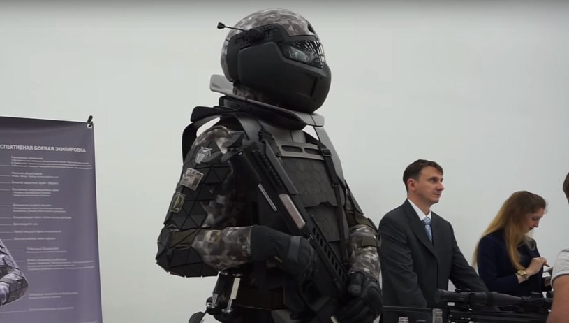 Prototyp zbroi zawiera komplet wyposażenia - hełm kamizelkę i kombinezon. Kadr z filmiku umieszczonego na dole materiału /YouTube /Internet