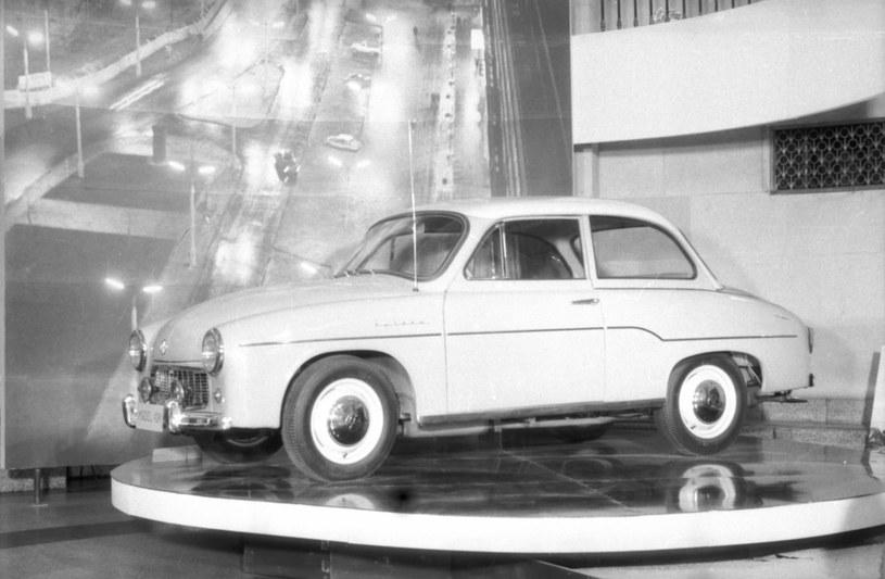 """Prototypowa Syrena z drzwiami zawieszonymi na przednim słupku (otwieranymi do tyłu) powstała w 1961 roku, egzemplarz prezentowany na wystawie """"postępu Technicznego w Przemyśle Motoryzacyjnym"""". /"""