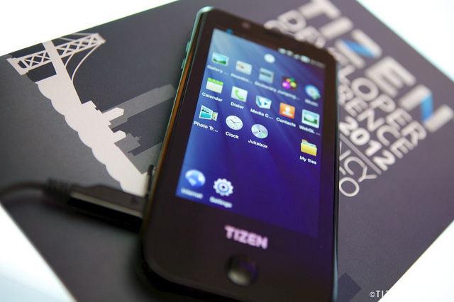 Prototypowy smartfon Samsunga z Tizenem /Komórkomania.pl