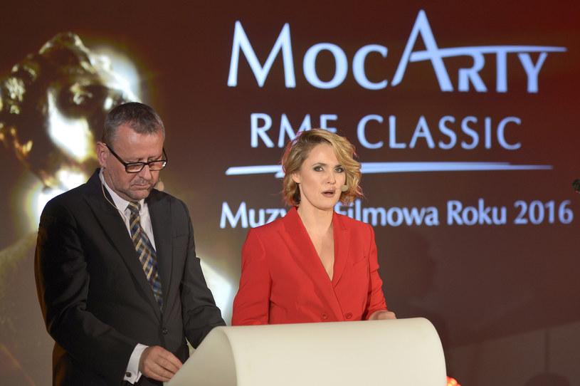 Prowadzący galę Paweł Pawlik i Magdalena Wojewoda (w kreacji Joanny Klimas) /AKPA