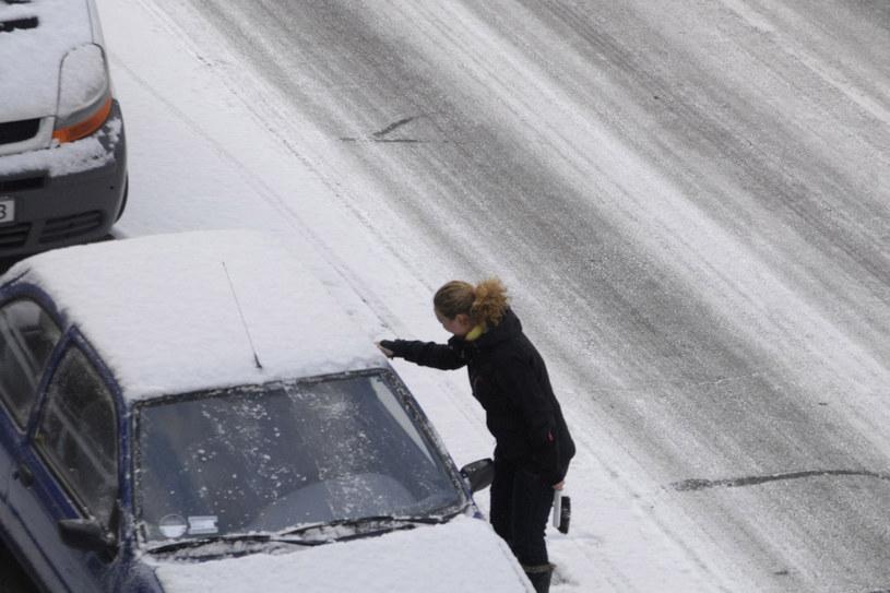 Prowadzenie samochodu zimą to wyzwanie. Ale przy odpowiednich środkach ostrożności nic ci nie grozi /123RF/PICSEL