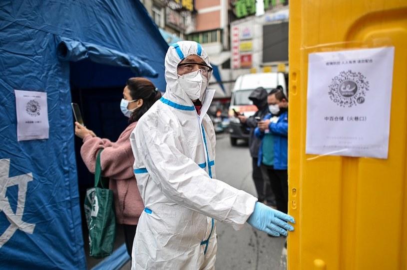 Prowincja Wuhan, mężczyzna w stroju ochronnym /AFP