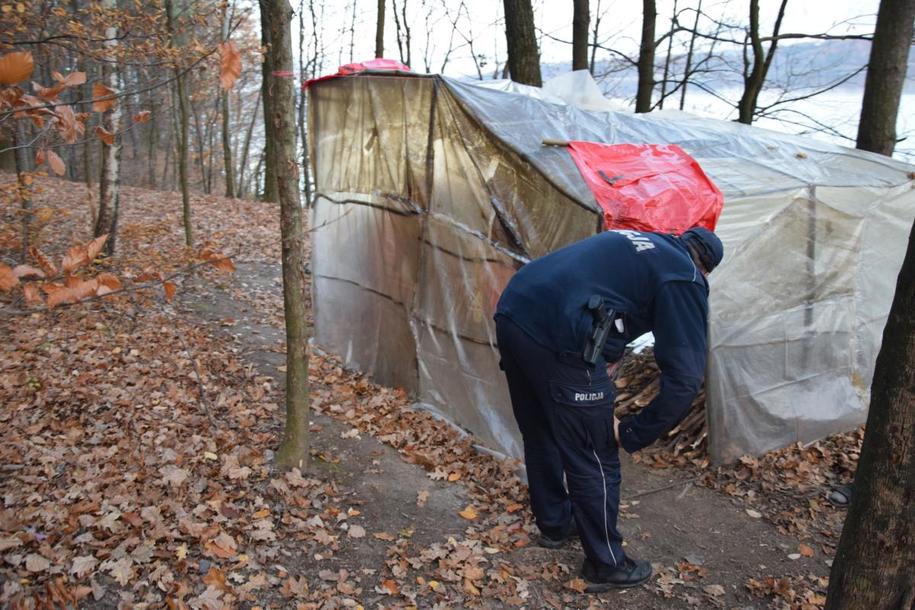 Prowizoryczny namiot Koreańczyka /policja.pl /Policja