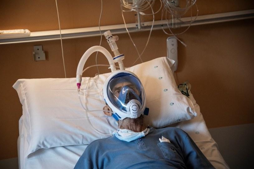 Prowizoryczny respirator zrobiony z maseczki sprzedawanej w Decathlonie i drukarki 3D /AFP