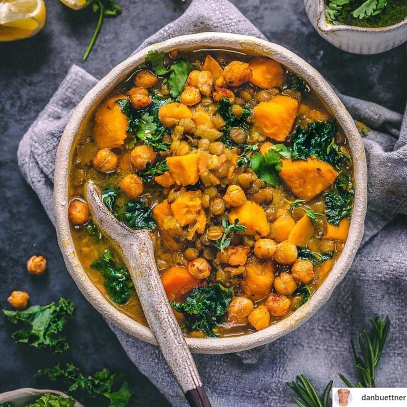 Prozdrowotne właściwości zupy wynikają z połączenia warzyw i ziół, które zawierają dużą ilość antyoksydantów /Instagram / @danbuettner /INTERIA.PL