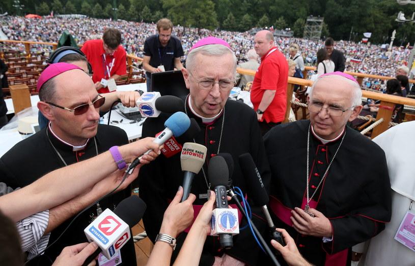 Prymas Polski abp Wojciech Polak (L), przewodniczący KEP abp Stanisław Gądecki (C) oraz metropolita częstochowski abp Wacław Depo (P) w trakcie konferencji prasowej, po mszy św. z udziałem papieża Franciszka /Paweł Supernak /PAP