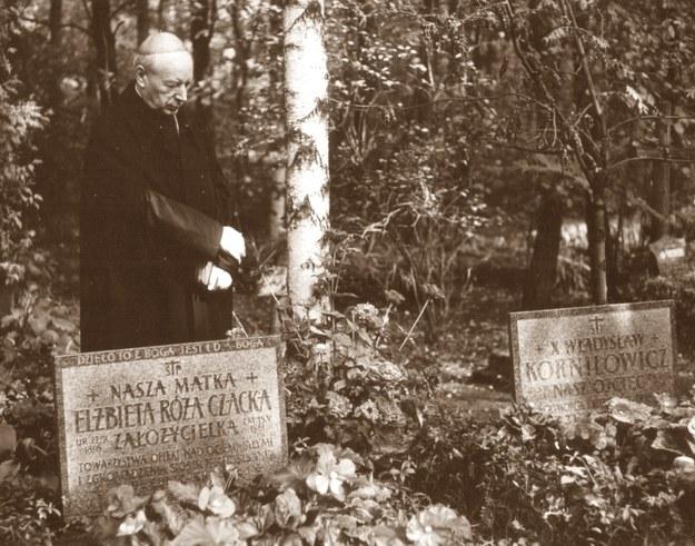 Prymas przy grobach Założycieli Dzieła Lasek /Archiwum Zgromadzenia FSK / AFSK /