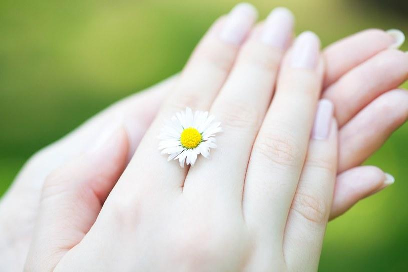 Przebarwienia, nierówny koloryt naskórka pomogą zlikwidować pilingi połączone z masażem dłoni /123RF/PICSEL