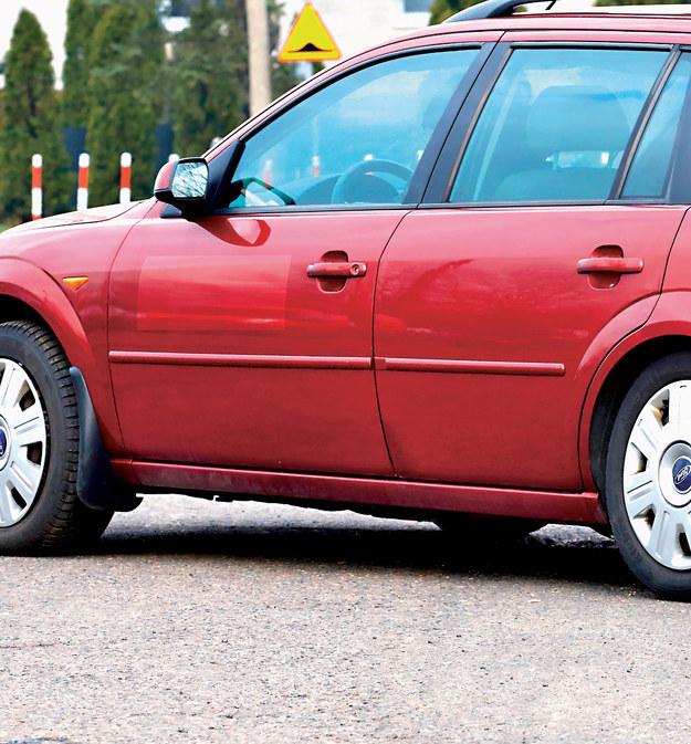 Przebarwienia pozostałe po naklejkach świadczą o przeszłości we flocie lub na taksówce. Takie auto może mieć duży przebieg. /Motor