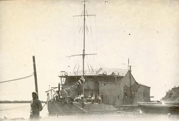 """Przebudowany z monitora rzecznego tender wodnopłatowców """"Amur"""" /Archiwum Marynarki Wojennej FR /materiały prasowe"""