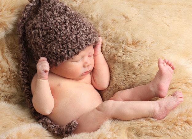 Przebywając na dworze, dziecko dotlenia organizm i stopniowo uczy się, jak reagować na zmieniające się warunki termiczne. /123RF/PICSEL