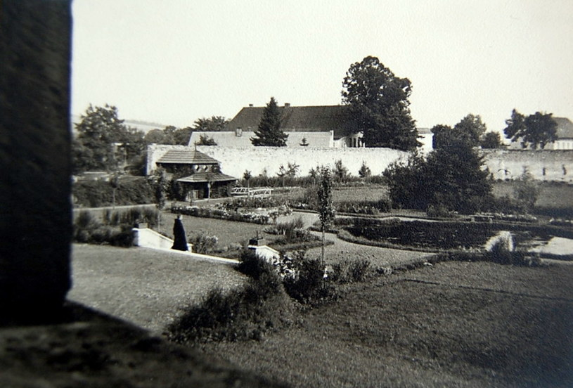 Przebywające w obozie kobiety zapamiętały, że z tego okna roztaczał się widok na klasztorny ogród. /Fotografie ze zb. autora i sióstr benedyktynek z Krzeszowa /Odkrywca
