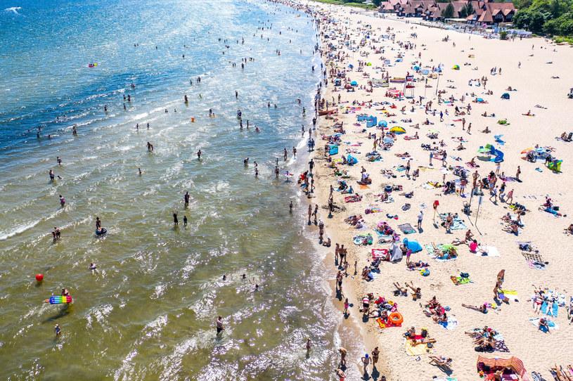 Przebywający w Sopocie turyści godzinami odpoczywają na plaży, ciesząc się krystalicznym powietrzem i relaksującym szumem fal /Przemek Swiderski/REPORTER /Reporter