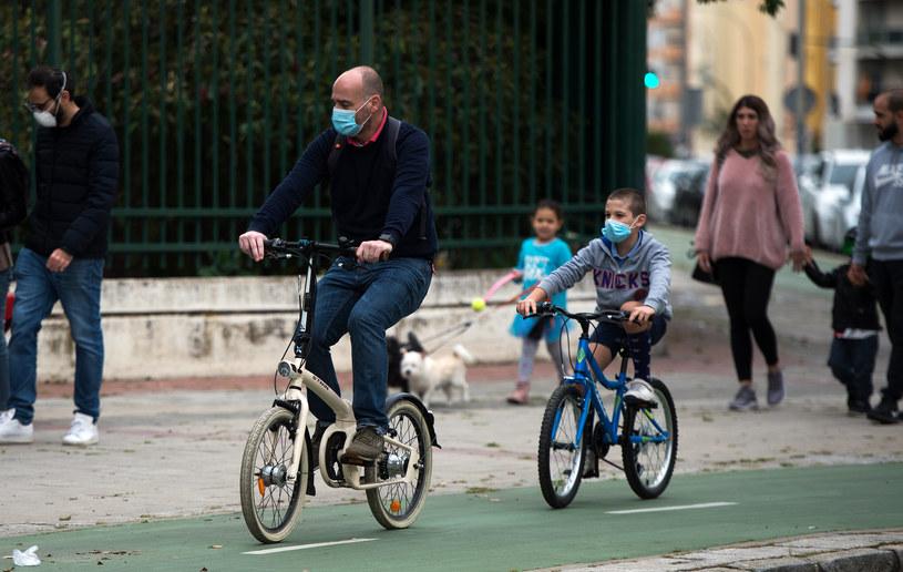 Przechodnie i rowerzyści w Sewilli podczas pandemii koronawirusa /CRISTINA QUICLER/ AFP /AFP
