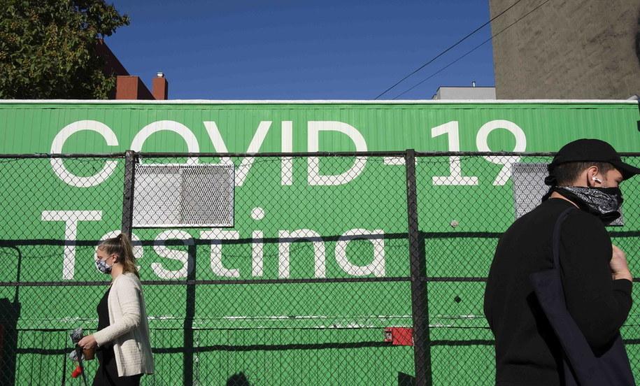 Przechodnie przed jednym z punktów wykonywania testów na koronawirusa w Nowym Jorku /JUSTIN LANE /PAP/EPA