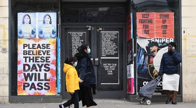 Przechodnie przed zamkniętym sklepem w Londynie / ANDY RAIN    /PAP/EPA