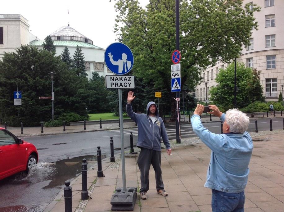 Przechodnie robią sobie zdjęcia ze znakiem w tle /Tomasz Skory  /RMF FM