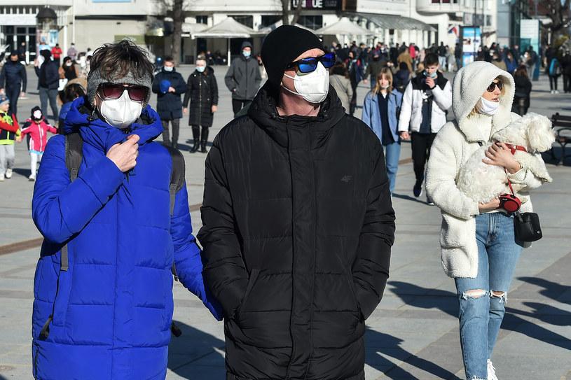 Przechodnie w czasie epidemii COVID-19, luty 2021 /Lukasz Dejnarowicz /Agencja FORUM