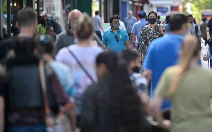 Przechodnie w Londynie, zdjęcie ilustracyjne /JUSTIN TALLIS / AFP /AFP