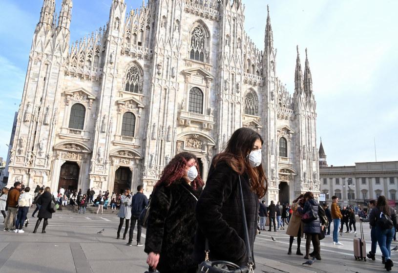 Przechodnie w maseczkach, Mediolan /ANDREAS SOLARO / AFP /AFP
