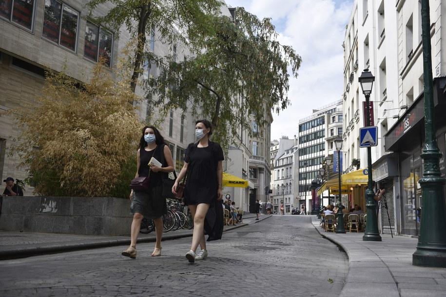 Przechodnie w maseczkach na jednej z ulic Paryża /JULIEN DE ROSA /PAP/EPA