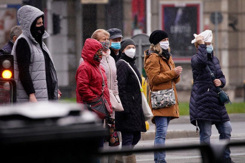 Przechodnie w maseczkach; zdj. ilustracyjne /Jaap Arriens/NurPhoto /Getty Images