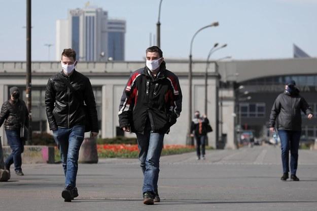 Przechodnie w Warszawie w maseczkach ochronnych na twarzy. Od 10 października w całym kraju jest obowiązek zakrywania ust i nosa przy pomocy maseczki /Paweł Supernak /PAP