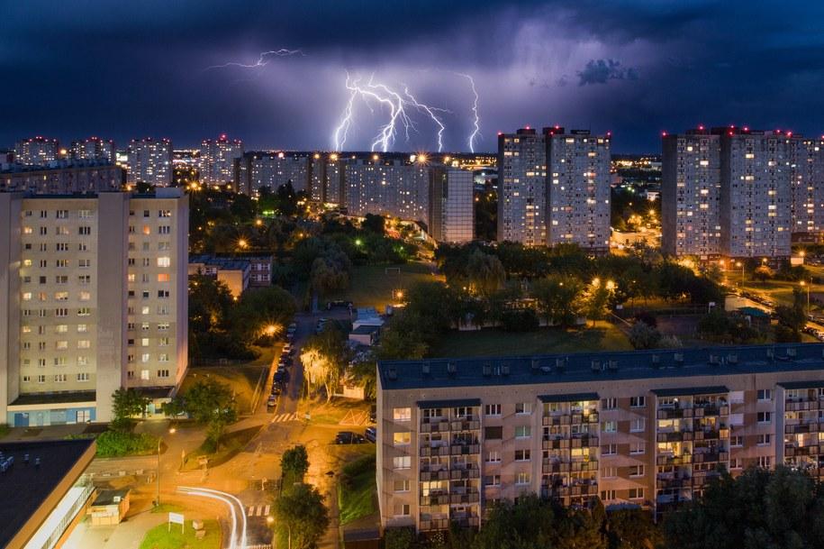 Przechodząca nad Poznaniem burza widziana z 16 piętra wieżowca na os. Orła Białego /Łukasz Ogrodowczyk /PAP
