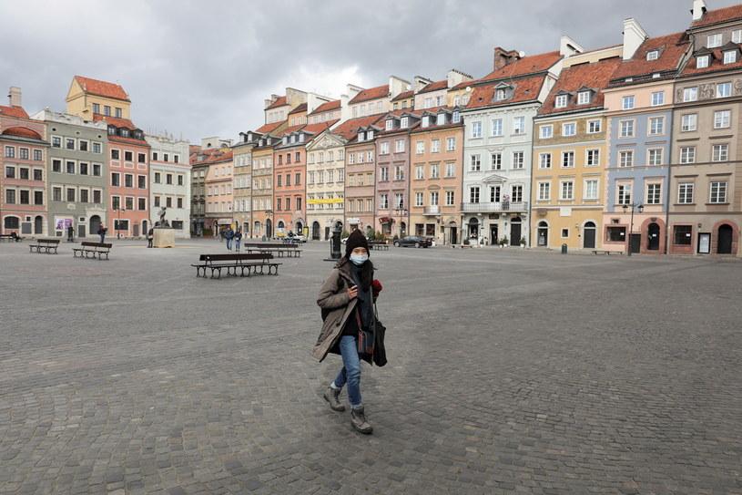 Przechodzień noszący maseczkę w celu ochrony przed zarażeniem koronawirusem /Paweł Supernak /PAP