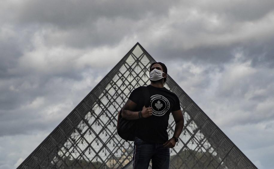 Przechodzień w maseczce w Paryżu /IAN LANGSDON /PAP/EPA