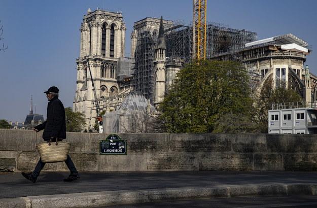 Przechodzień w pobliżu katedry Notre Dame w Paryżu /IAN LANGSDON /PAP/EPA