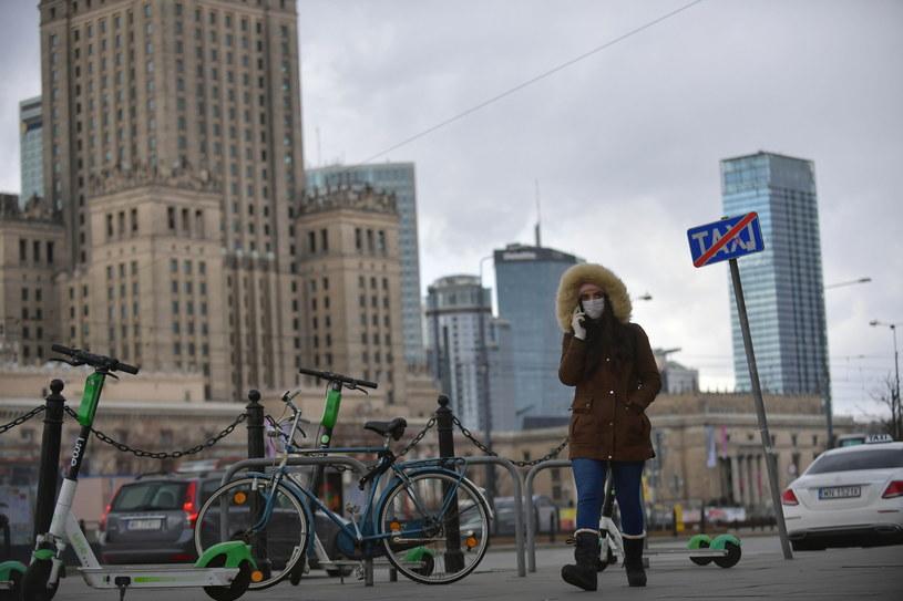 Przechodzień wyposażony w maseczkę ochronną na ulicy w Warszawie / Marcin Obara  /PAP