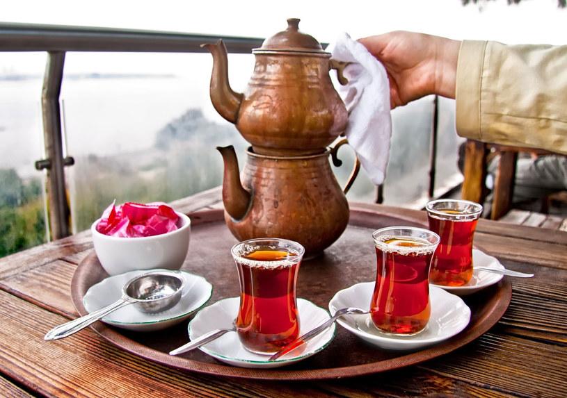 Przechowuj herbatę w ceramicznych pojemnikach /Picsel /123RF/PICSEL