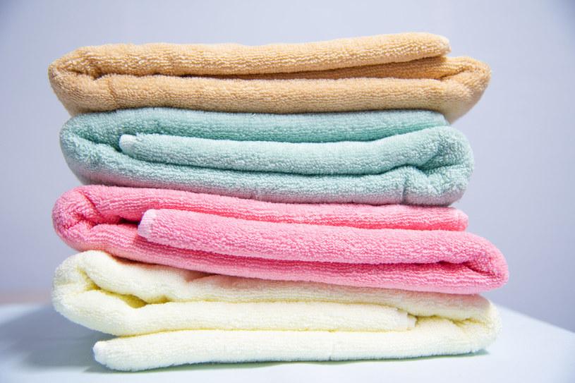 Przechowywanie ręczników w łazience to powszechny błąd /123RF/PICSEL