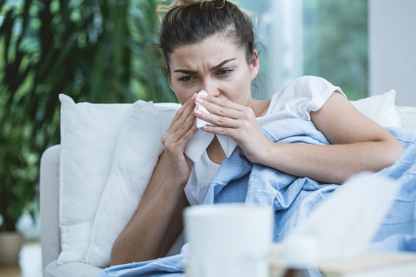 Przeciągające się i nieleczone infekcje górnych dróg oddechowych mogą się przenosić na narząd słuchu /123RF/PICSEL