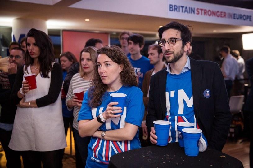 Przeciwnicy Brexitu słuchają ogłaszania wyników /PAP/EPA