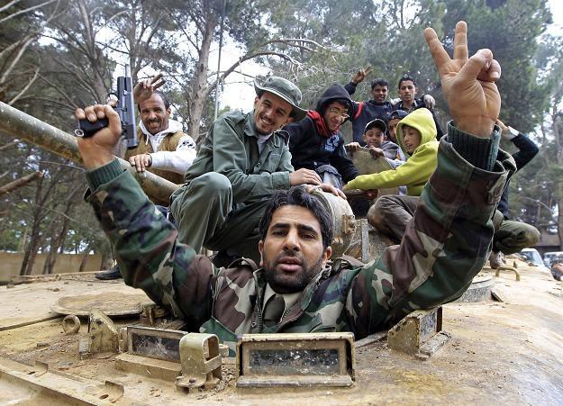 Przeciwnicy Kadafiego cieszą się z przejęcia czołgu, REUTERS/Goran Tomasevic /Agencja FORUM
