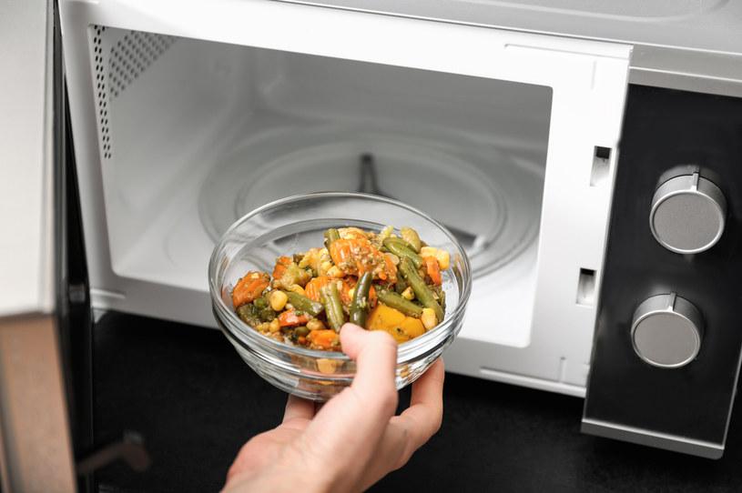 Przeciwnicy kuchenek mikrofalowych twierdzą, że przyczyniają się one do strat składników odżywczych w podgrzewanej potrawie. /123RF/PICSEL