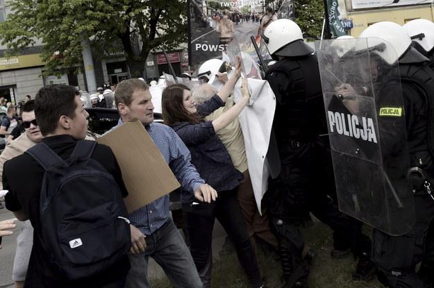 Przeciwnicy Marszu Równości podczas starć z policją. Maria Kołakowska w środku /Adam Warżawa /PAP