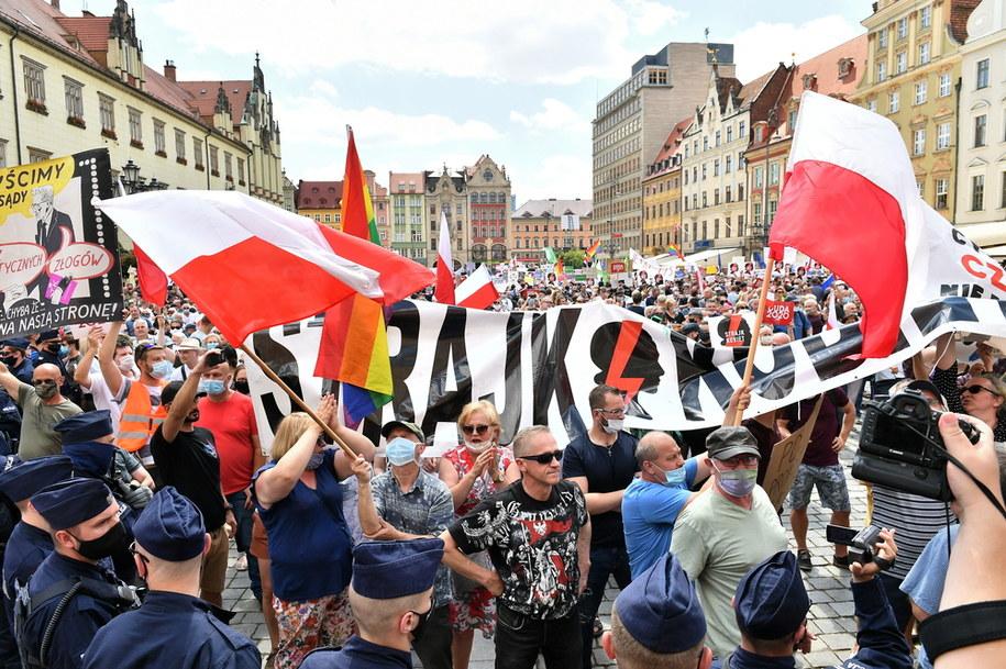 Przeciwnicy prezydenta Andrzeja Dudy pojawili się na jego wiecu / Maciej Kulczyński    /PAP