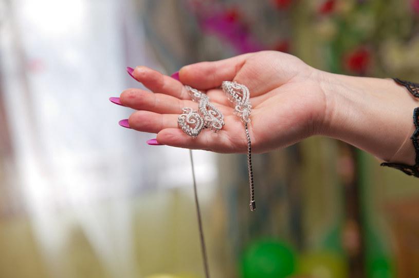 Przed badaniem należy zdjąć biżuterię /123RF/PICSEL