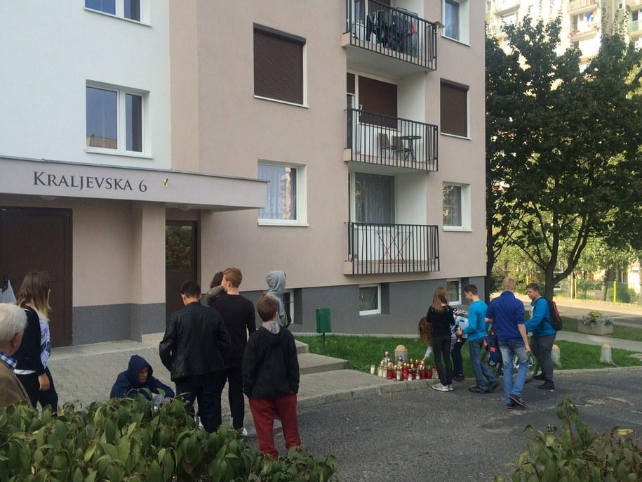 Przed blokiem, w którym mieszkały zamordowane, od rana płoną znicze /Adam Górczewski /RMF FM