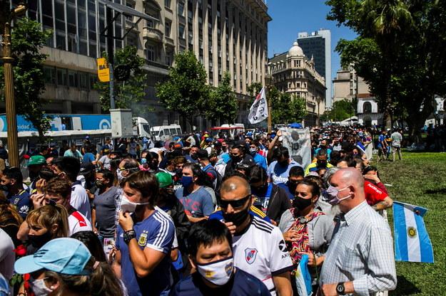 Przed Casa Rosada zebrały się setki tysięcy fanów Diego Maradony /Demian Alday Estevez /PAP/EPA